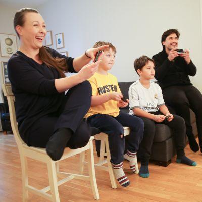 Kuvassa Asta, Tyko, Reko ja Jake pelamassa ajopeliä