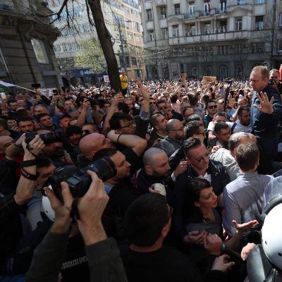 Serbian opposition mielenosoitus Belgradissa presidentinlinnan edustalla.