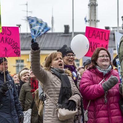 Ei leikkirahaa -liike on kerännyt huomiota mielenosoituksillaan ja tempauksillaan