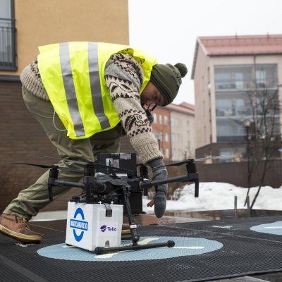 Drooni kuljetuksen valmistelua