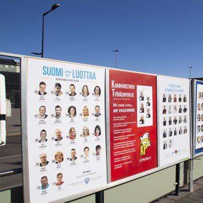 Vaalijulisteita kadulla