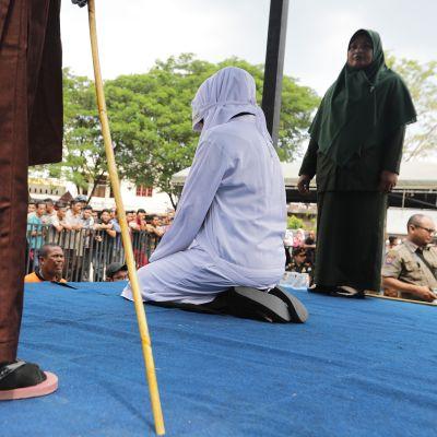 Tiukkaan islamilaisen sharia-lain rangaistuksiin kuuluvat myös julkiset raipparangaistukset.