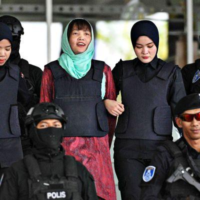 Doan Thi Huong kahden malesialaispoliisin saattamana.