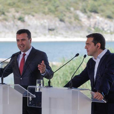 Kreikan pääministeri Alexis Tsipras ja Pohjois-Makedonian pääministeri Zoran Zaev lehdistötilaisuudessa nimikiistan ratkettua.
