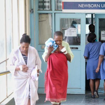 Kenialaisnaiset poistuivat vastasyntyneiden osastolta Pumwanin synnytyslaitoksella syyskuussa 2018.