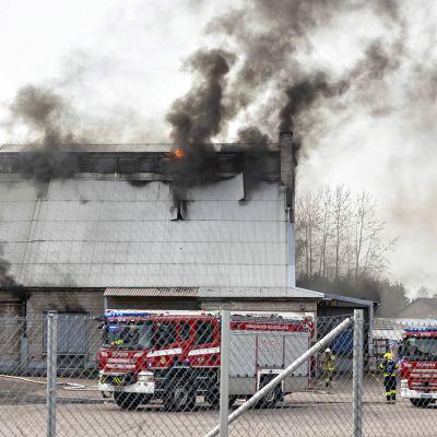 Teollisuushalli palaa Kotkan Kyminlinnassa.
