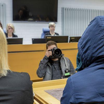 Oulun laaja seksuaalirikostapaus alkaa nyt purkautua juttu kerrallaan oikeudessa.
