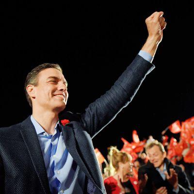 Sosialistipuolueen johtaja Pedro Sánchez juhlii vaalivoittoa Madridissa.