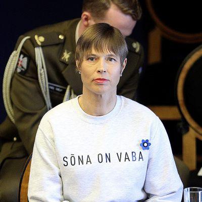 Kersti Kaljulaidilla on päällään paita jossa lukee  'Sona on vaba' , Sana on vapaa.