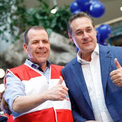 Harald Vilimsky (vas.) yhdessä FPÖ:n johtajan, varaliittokansleri Heinz Christian Strachen kanssa .