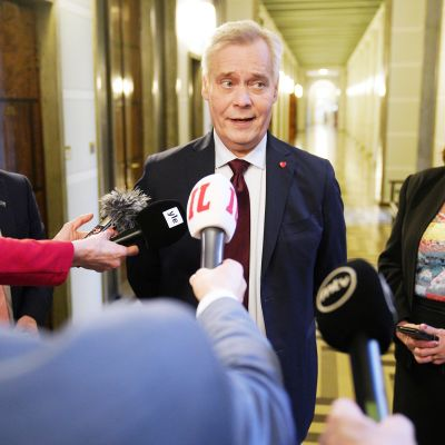 Hallitustunnustelija Antti Rinne (sd.) median edessä eduskunnassa kahdenvälisten tunnusteluiden toisena päivänä maanantaina.