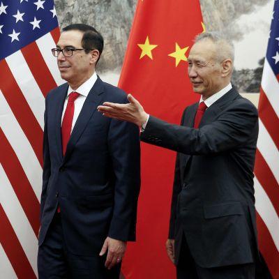 Kuvassa valtiovarainministeri Steven Mnuchi (vas.) ja varapääministeri Liu He (oik.).