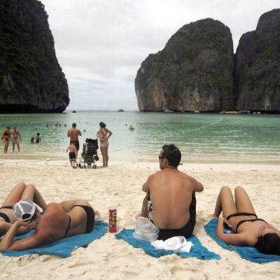 Turistit ottivat aurinkoa Maya Bayn rannalla vuonna 2005.