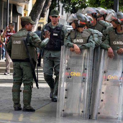 Turvallisuusjoukkojen sotilaita parlamentin ulkopuolella Caracasisa.