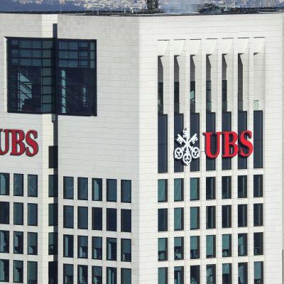 Sveitsiläisen UBS pankin konttori Frankfurtissa.