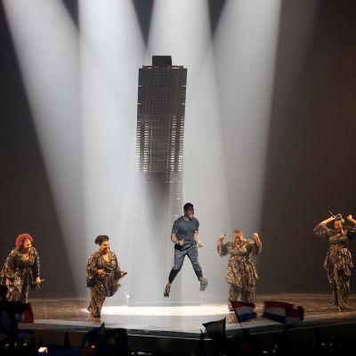 Ruotsin Eurovision ehdokas John Lundvik esiintyy Tel Avivissa 16. toukokuuta 2019.