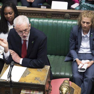 Jeremy Corbyn puhuu parlamentissa.