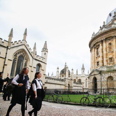 Oxfordin yliopistorakennuksia ja opiskelijoita
