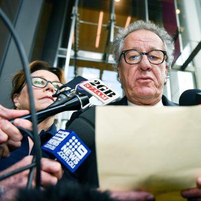 Näyttelijä Geoffrey Rush (kesk.) antaa lehdistötiedotteen korkeimman oikeuden ulkopuolella Sydneyssä.