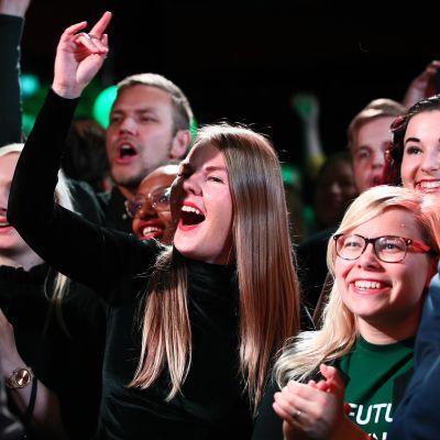 Alviina Alametsä iloitsee vihreiden vaalivalvojaisissa.