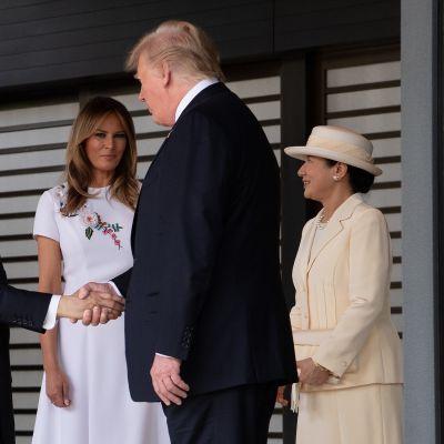 Yhdysvaltain presidentti Donald Trump tapasi Japanin keisari Naruhiton maanantaina. Taustalla rouva Melania Trump ja keisarinna Masako.
