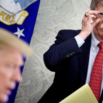 John Bolton tiedotustilaisuudessa Valkoisessa talossa.
