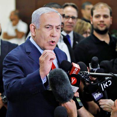 Benjamin Netanjahu lehdistön ja median ympäröimänä 29. toukokuuta.