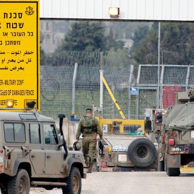 Israelilaisia sotilaita ja sota-ajoneuvoja Golanin kukkuloilla.