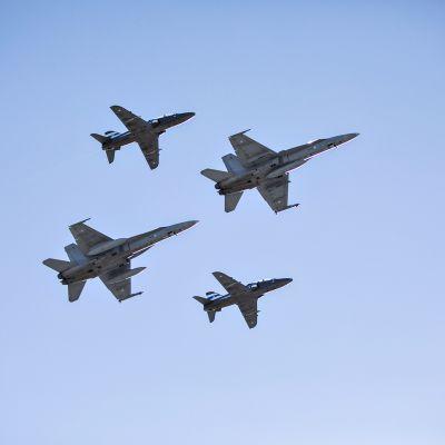 Kuvassa kaksi F/A-18 Hornet -monitoimihävittäjää ja kaksi Hawk-suihkuharjoituskonetta Tikkakosken varuskunnan taivaalla 1. huhtikuuta 2019.