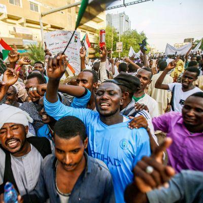 Sudanilaiset osoittavat mieltään Khartoumissa.