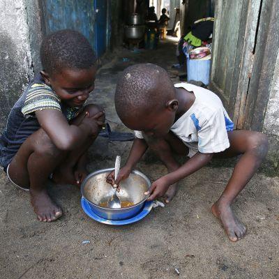 Lapset syömässä.