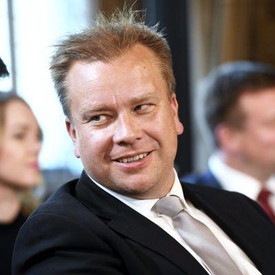 Puolustusministeri Antti Kaikkonen uuden hallituksen ensimmäisessä tiedotustilaisuudessa Säätytalossa.