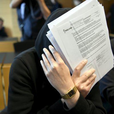 Sarjakuristaja Michael Penttilä Helsingin käräjäoikeudessa 10. heinäkuuta 2018.