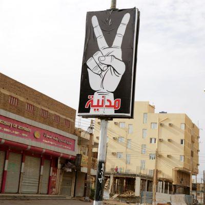Mielenosoittajien julisteessa lukee siviili ja rauha Khartoumissa, jossa useat liikkeet ja pankit olivat kiinni tiistaina.