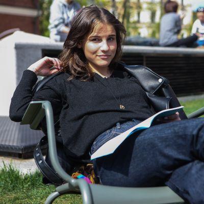 Angelina Ivanova istuu puiston penkillä.