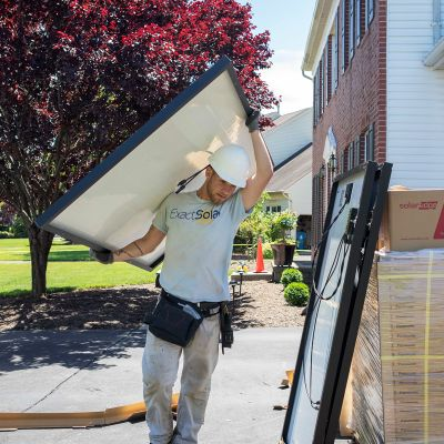 ExactSolar asentaa aurinkopaneeleja.