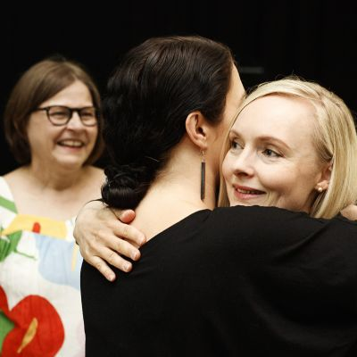 Vihreiden kansanedustaja Emma Kari halaa sisäministeri Maria Ohisaloa vihreiden puoluekokouksessa Porissa 15. kesäkuuta.