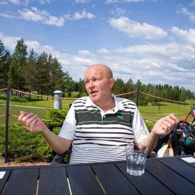 Jussi Wihonen istuu pöydän ääressä.