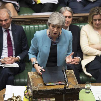 Theresa May puhuu parlamentissa.