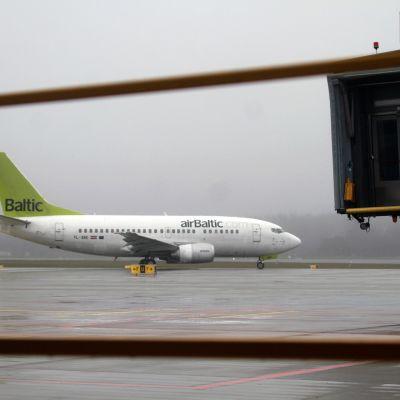 airBalticin lentokone kotikentällään Riikassa.