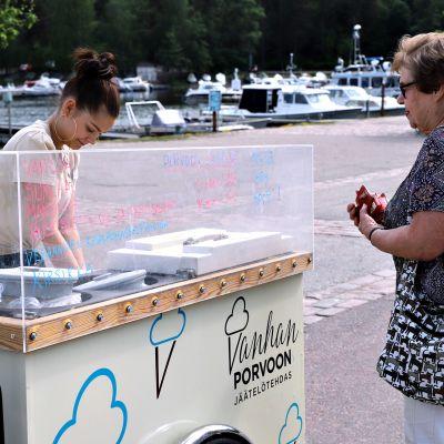 16-vuotias Aliisa Laakso tekee jäätelöpalloa Ritva Oksaselle