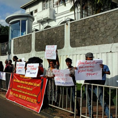 Kuolemantuomioita vastustavan  Collective against the Death Penalty -järjestön edustajat osoittivat mieltään Welikadan vankilan edustalla perjantaina Sri Lankan pääkaupungissa Colombossa.