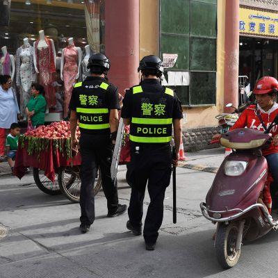 Poliisipartio Kashgarissa Xinjiangin alueella.
