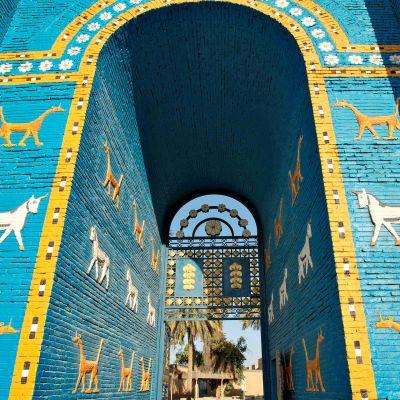 Ištarin portin rakennusaineena olivat lapislatsulin sinisiksi lasitetut tiilet, joissa oli reliefikuvioina sirrušeja eli lohikäärmeitä ja alkuhärkiä.