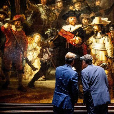 Rijksmuseumin johtaja Taco Dibbits ja AkzoNobelin toimitusjohtaja Thierry Vanlancker tarkastelevat Rembrandtin Yövartio -teosta.