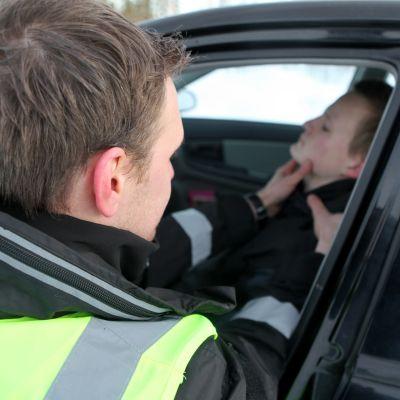 Keski-Suomen pelastuslaitoksen palomiehet näyttävät lavastetussa tilanteessa, miten auttaja kokeilee uhrin pulssia.