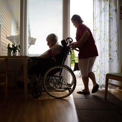Lähihoitaja avustaa iäkästä potilasta.
