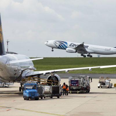 Lentokoneita Charles De Gaullen lentoasemalla Pariisissa.