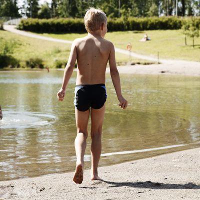 Lapsia uimarannalla.