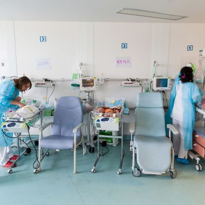 Keskosten hoitoa pariisilaisessa synnytyssairaalassa.